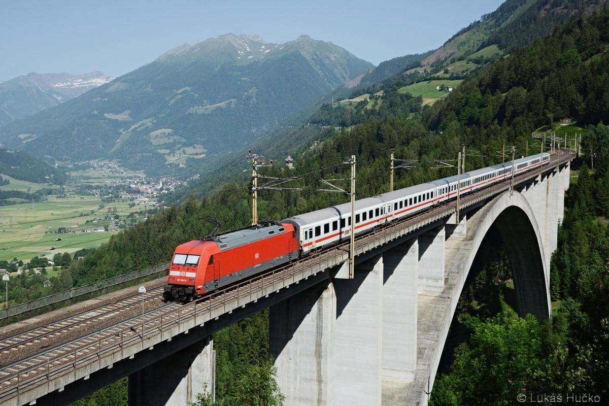 Němka 101.080 tlačí EC 114 přes nejvyšší rakouský železniční most u Penku dne 27.06.2019