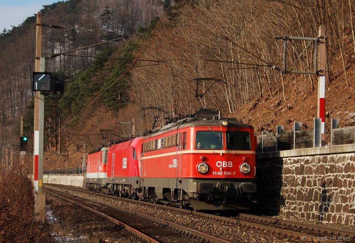 Trojička v čele s 1142.566 klesá k zastávce Schlöglmühl dne 18.12.2009
