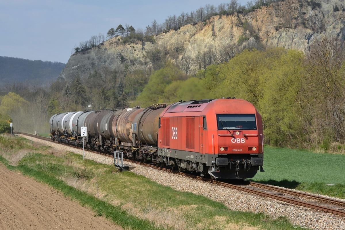 Herkules 2016.018 s nákladním vlakem z Krems projíždí Meidling im Tal dne 17.04.2019
