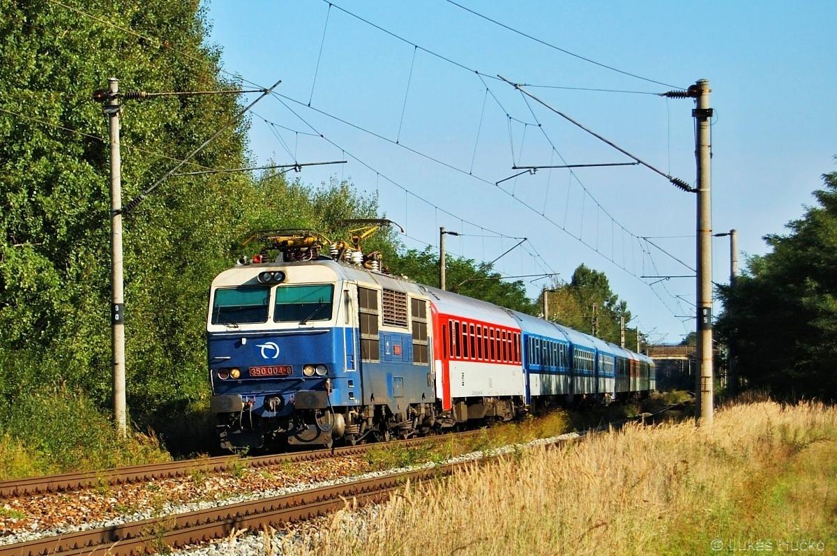 Hugo klopí oblouk do zastávky Brodské dne 28.08.2011 s vlakem EC 274