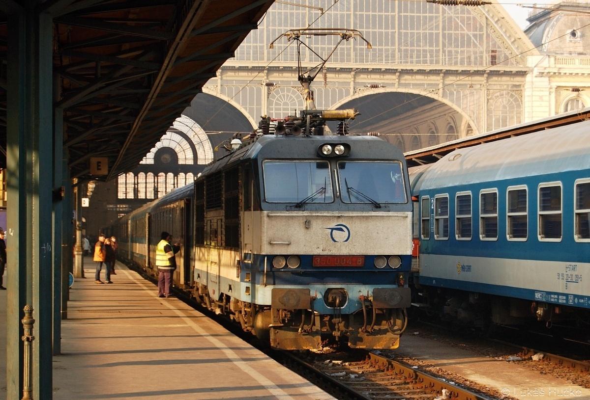 Psal se datum 10.01.2009 a kdo jiný by mě dovezl na nádraží Budapest Keleti než Hugo. Na snímku již otočený s vlakem EC 170