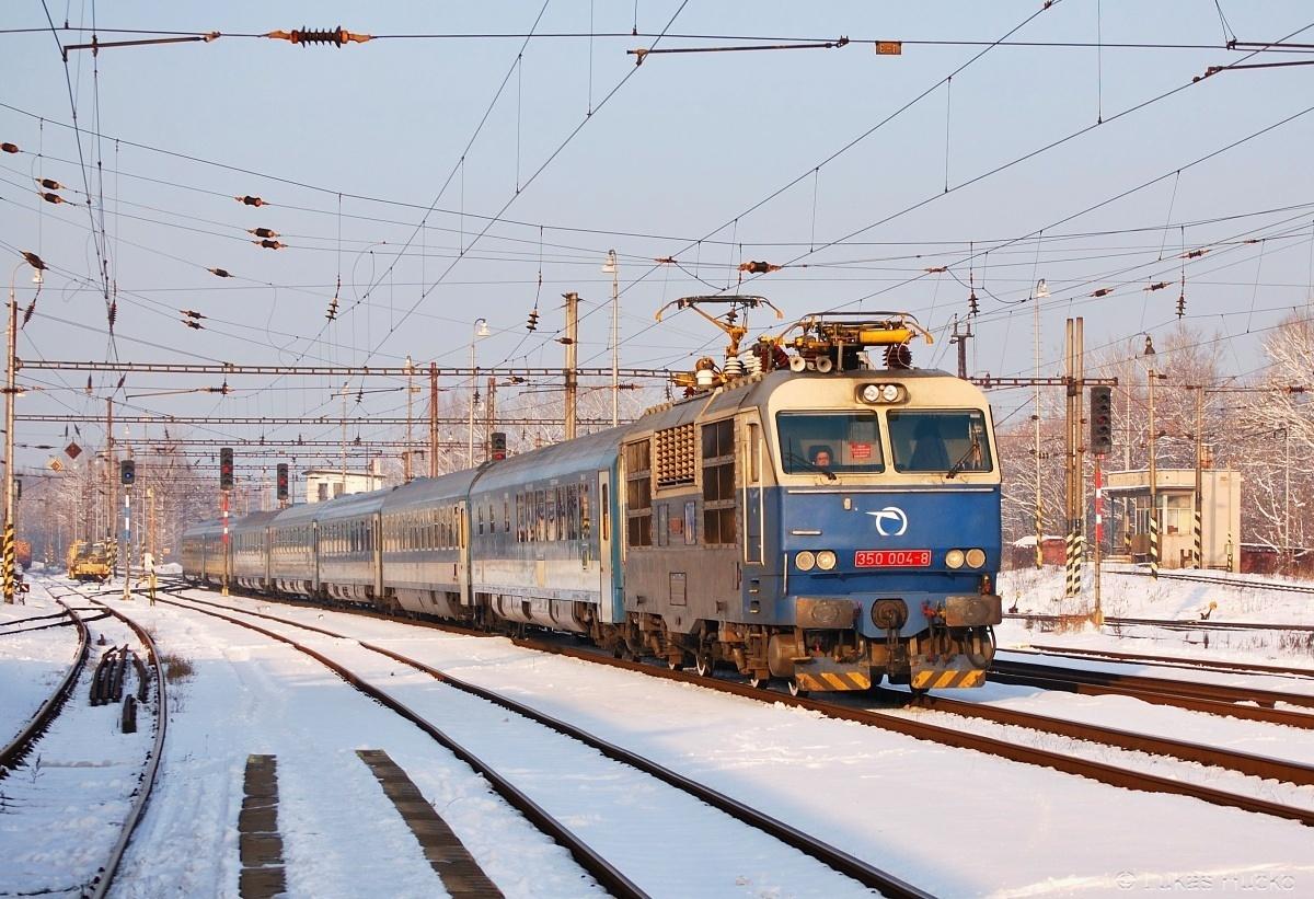 Mrazivý den 28.01.2011 a Hugo zastavuje s vlakem EC 171 v žst Kúty