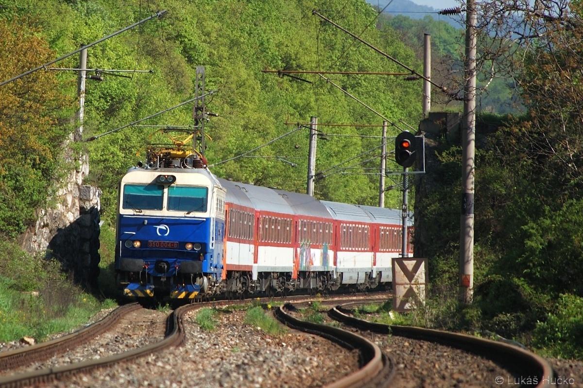 O dva měsíce později se Hugo vlní starou tratí kolem nového tunelu u Trenčianských Bohuslavic v čele IC 502 dne 30.04.2010