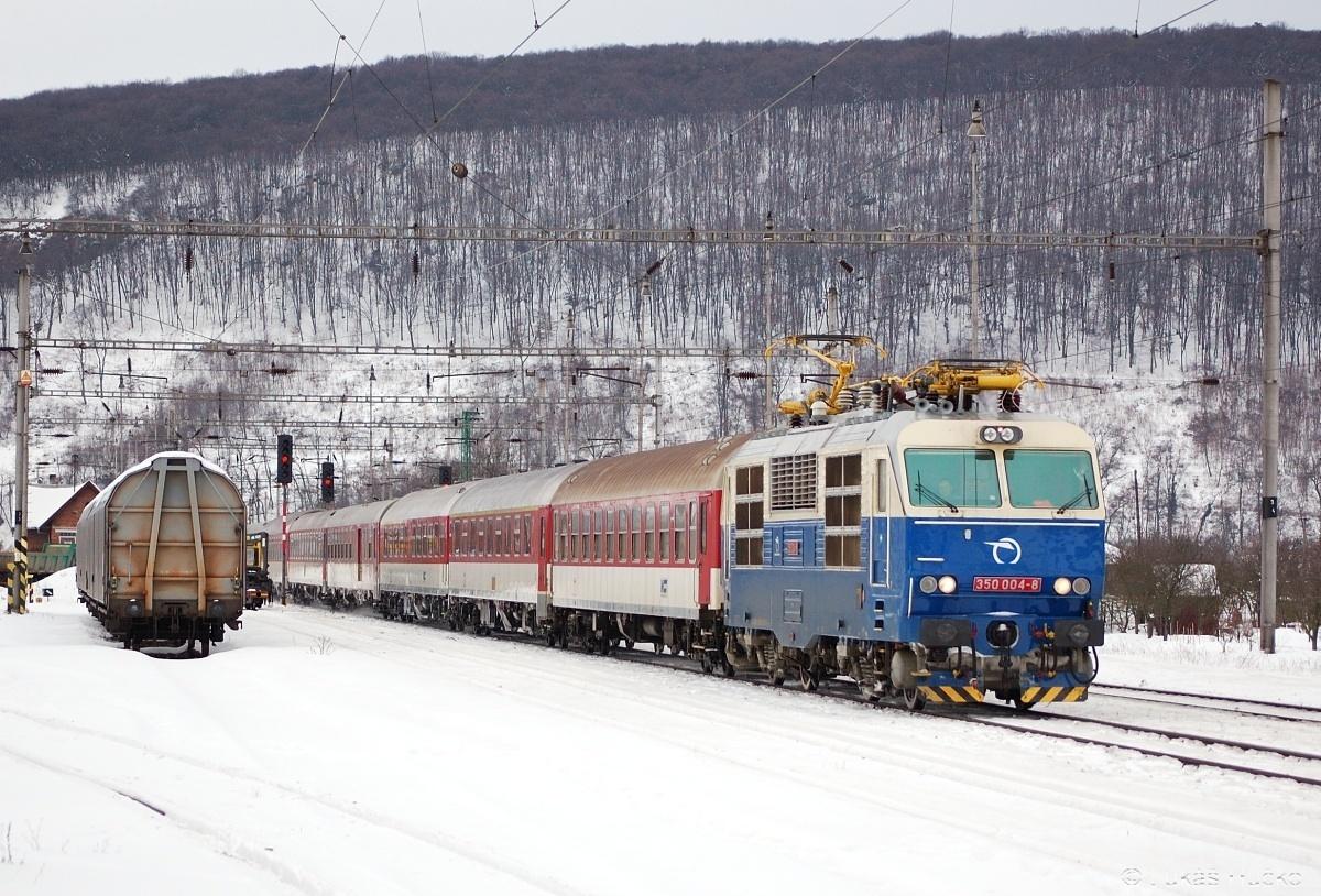 Dne 05.02.2010 na čele R 603 uhání Hugo 350.004 stanicí Trenčianske Bohuslavice
