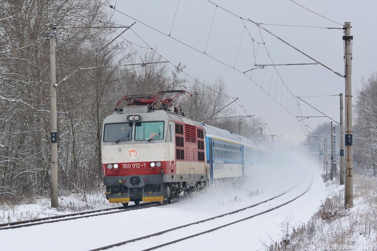 Jako další práší Gorila 350.012 na čele EC 278 u zastávky Brodské dne 08.01.2019