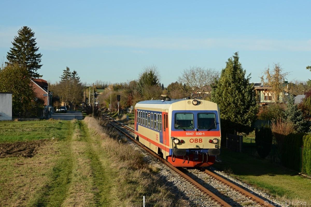Z koncové stanice Bad Pirawarth odjíždí spoj R 7280 tvořen dne 06.11.2019 vozem 5047.030 do Gross Schweinbarthu