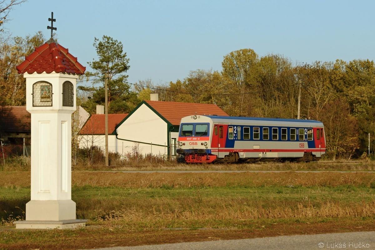 Na snímku 5047.059 přijíždí do Bockfliess dne 24.10.2019 jako R 7242