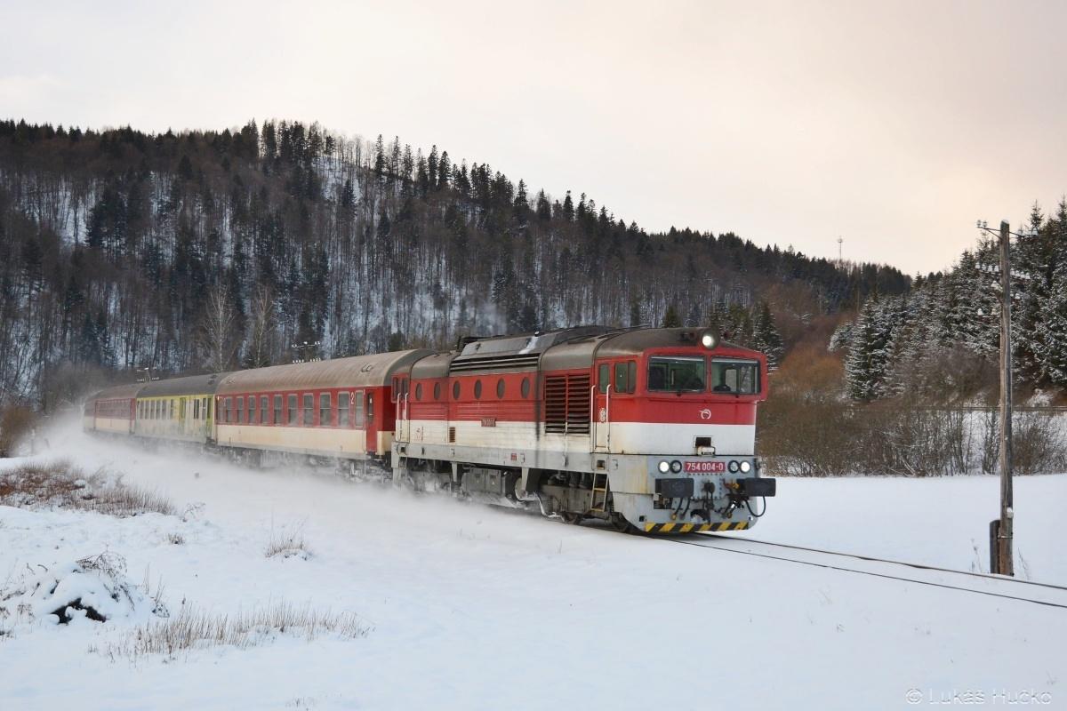 Čtverková čtverka 754.004 práší kolem Bujakova dne 06.01.2019 s vlakem RR 825