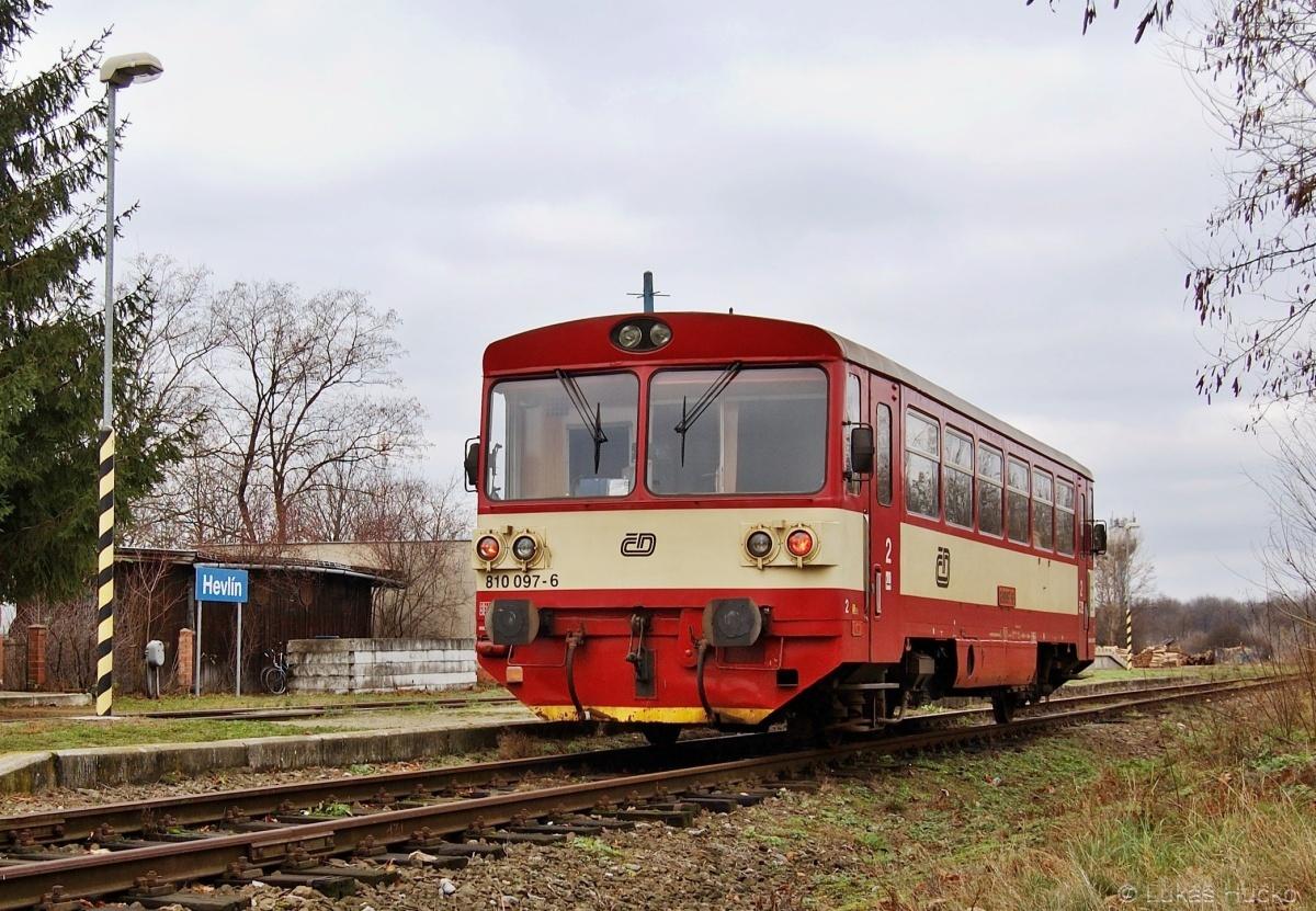810.097 jako Os 24515 ve stanici Hevlín dne 02.12.2009