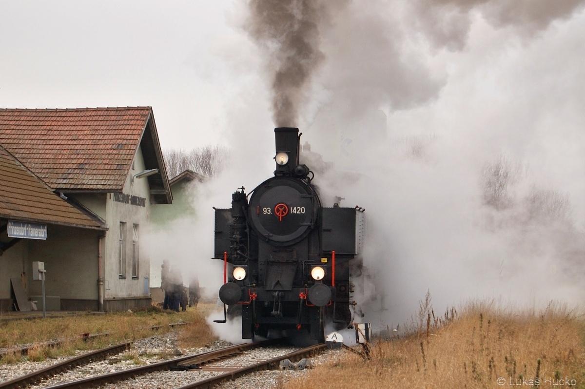 Kousek za hranicí téhož dne ve stanici Prinzendorf-Rannersdorf zastavil parní vlak se strojem 93.1420