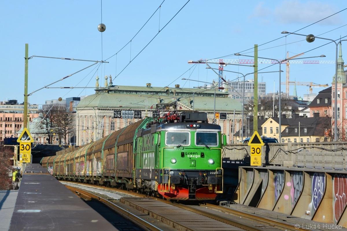 Od nás moc na sever ve městě Stockholm právě projíždí Rd2.1028 v čele nákladního vlaku ani nevím kam na jih. 20.02.2019