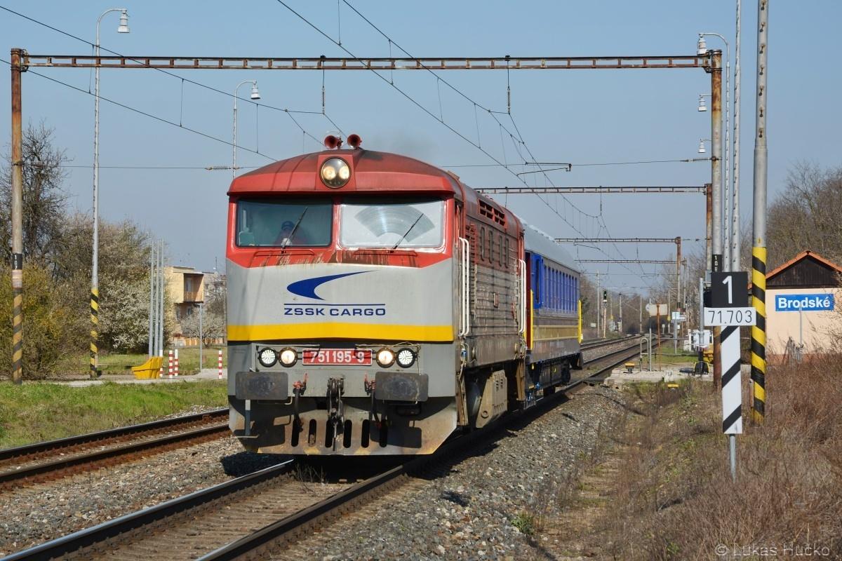 751.195 v čele měřícího vlaku projíždí zastávkou Brodské v 2. traťové koleji