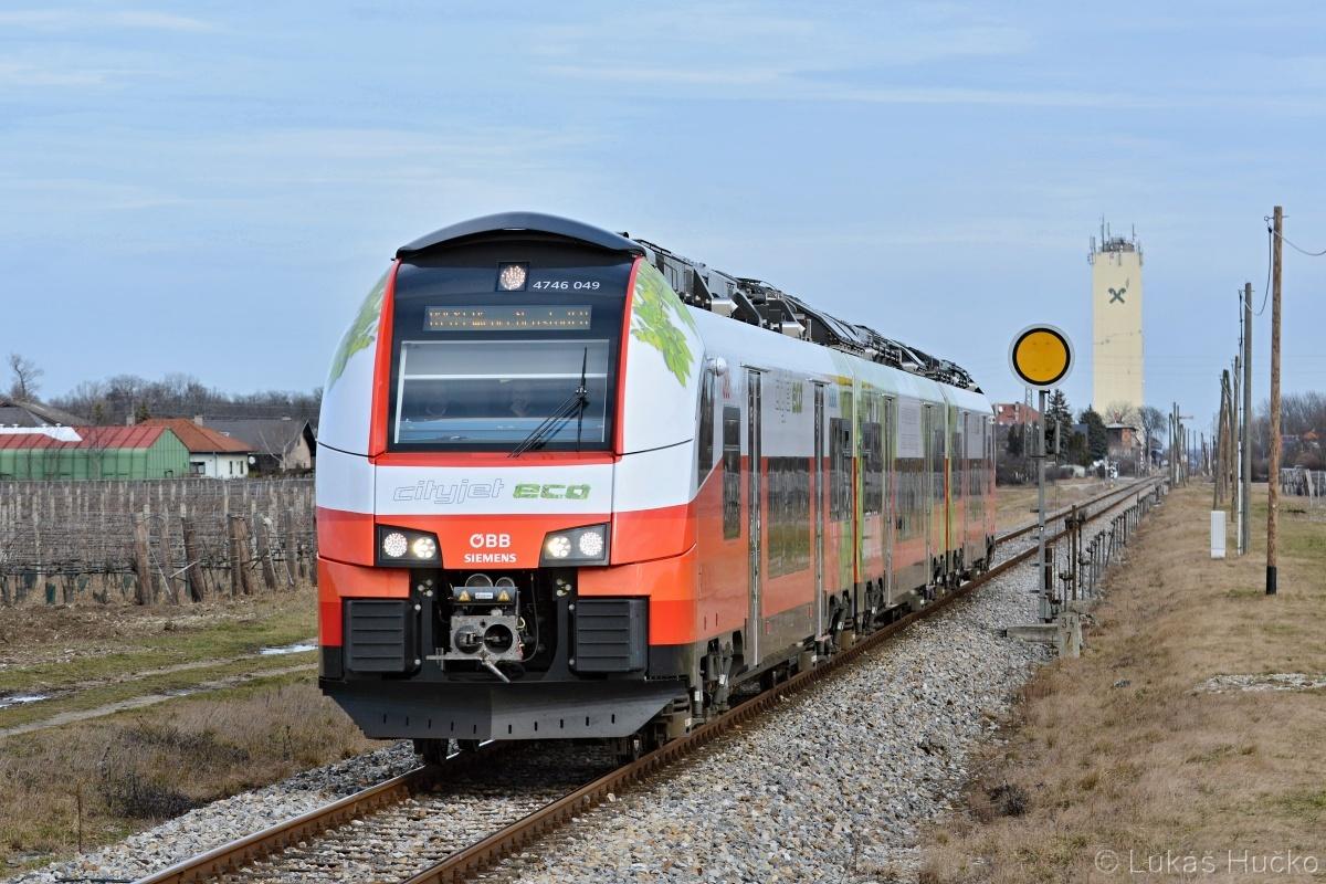 Bateriemi tuningovaný CityJet 4746.049 odjel 06.02.2020 ze stanice Tattendorf. Je to jedna z mála stanic u ÖBB s mechanickými návěstidly