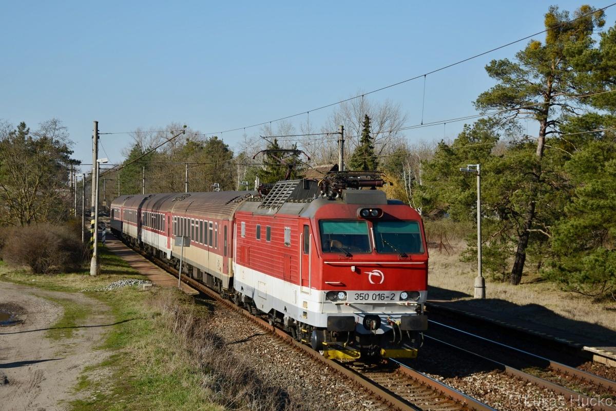 350.016 v čele EC 279 Kúty - Nové Zámky projíždí zastávkou Závod dne 15.03.2020