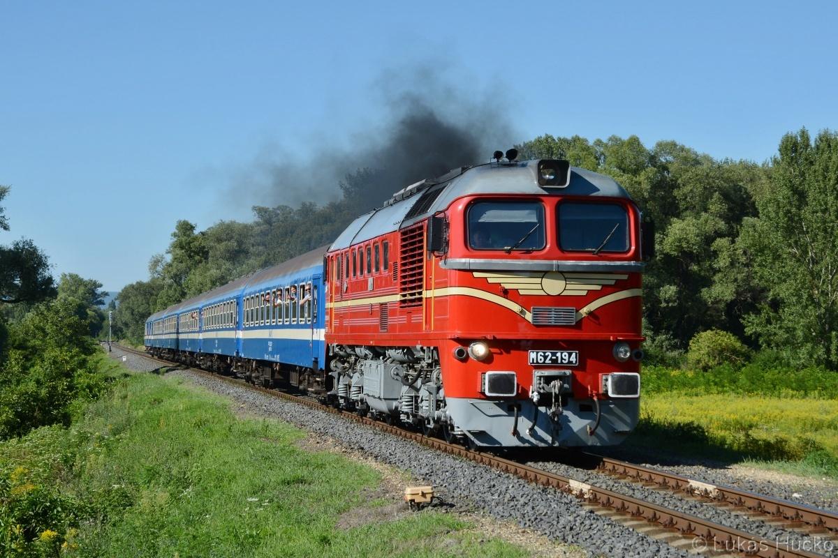 Sergej 628.194 s vlakem Sz 1973 přijíždí do stanice Badacsonytordemic dne 01.08.2020