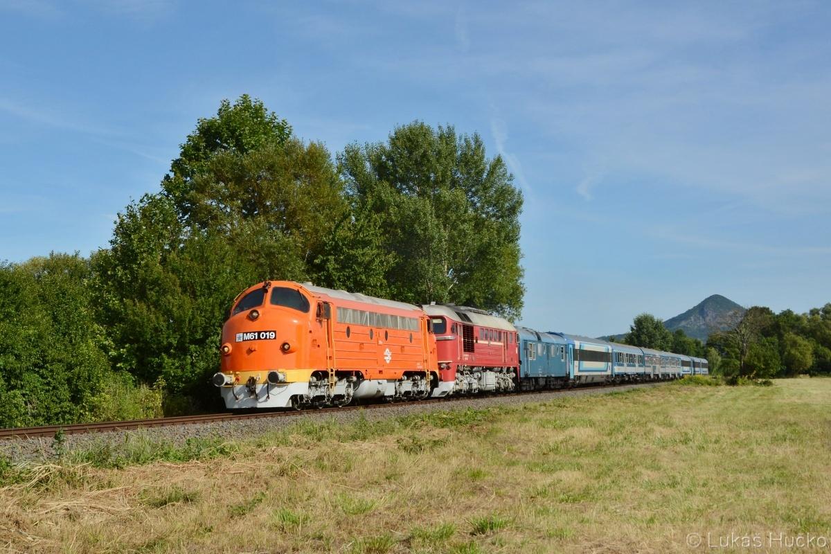 Duo M61.019+M62.001 se blíží s vlakem Sz 19704 k cílové stanici Tapolca 02.08.2020