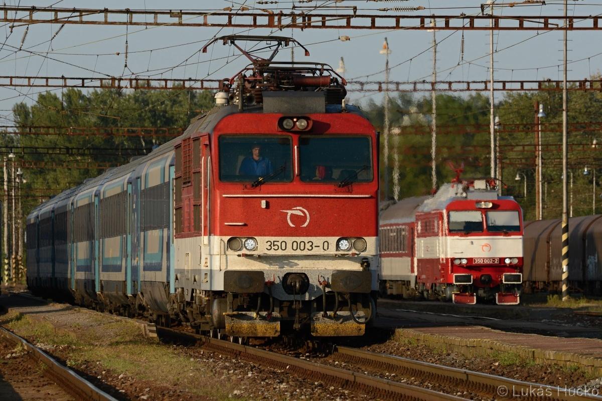 Blízká setkání stejného druhu mě nenechala chladným. 350.003 s vlakem EC 173 a v pozadí 350.002 v čele Os 2029 v žst Kúty dne 22.09.2020