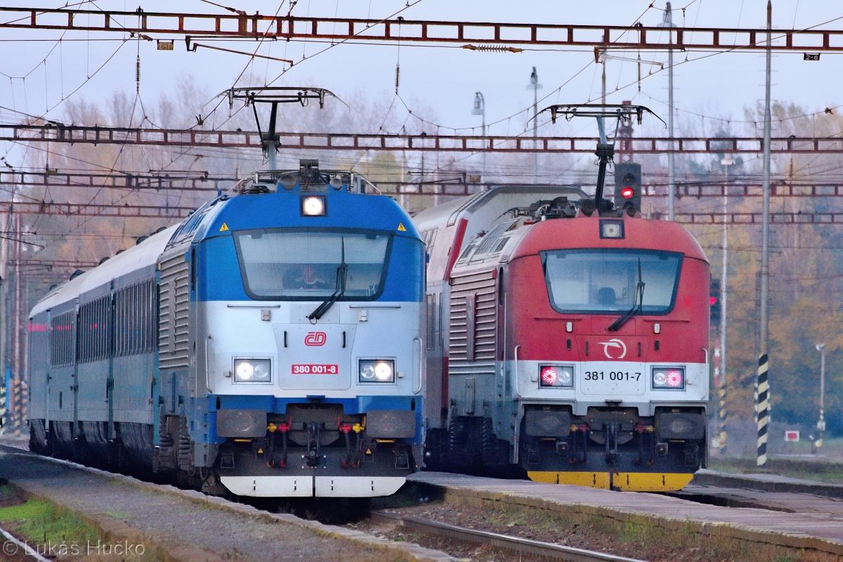 Měsíc na to 06.11.2020 se zase pro změnu takto setkaly 380.001 na vlaku EC 131 a 381.001 s vlakem Os 2027
