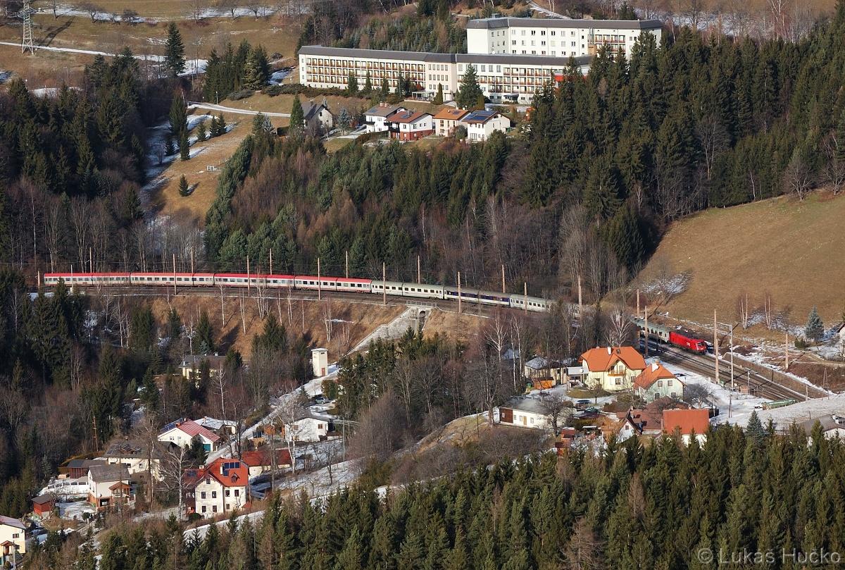 Stanicí Breitenstein projíždí spoj EC 102 dne 06.01.2011