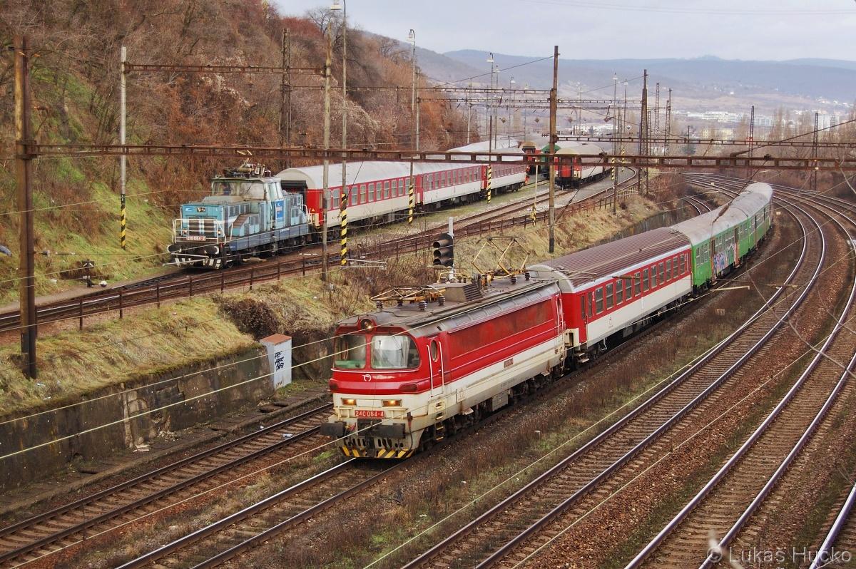 Takové klasické setkání v Bratislavě 210.064 na posunu a 240.084 s osobním vlakem 12.01.2011