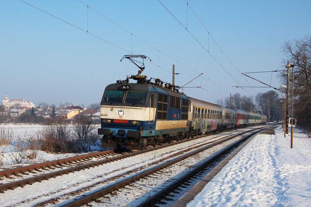350.017 projíždí Moravský Ján 30.01.2011 v čele vlaku EC 345