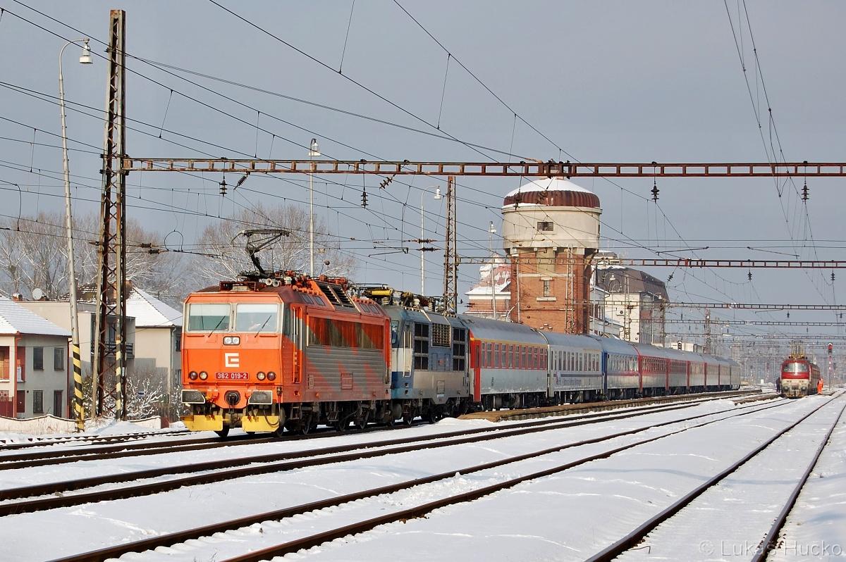 362.019 veze mimo vlak EC 273 i Gorilu 350.019. Stanice Kúty 28.01.2011