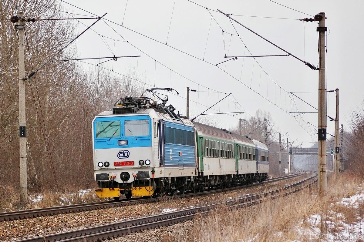 """Snímků ze zajíždění """"es"""" na Slovensko mám mnoho, jeden z dalších 362.113 se blíží k zastávce Brodské 01.01.2011 s vlakem Os 4238"""