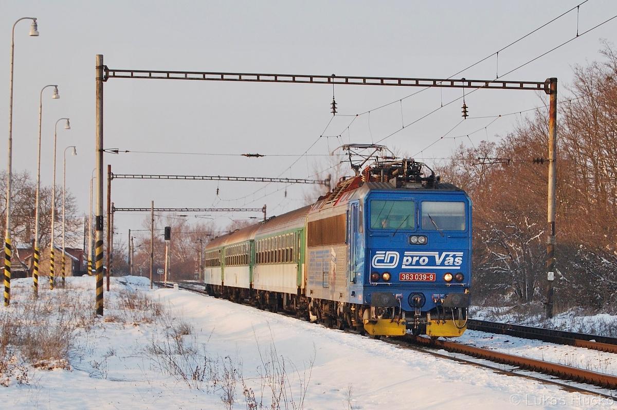363.039 zastavuje v Brodském 29.01.2011 s vlakem Os 4215
