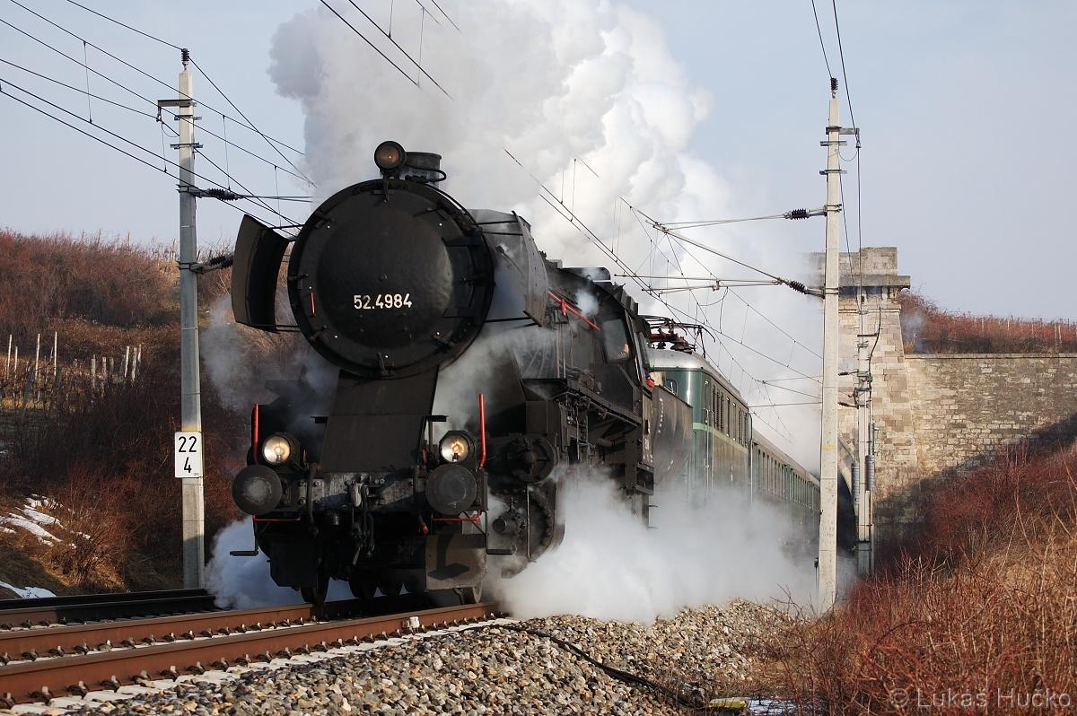 Parní jízdy na Semmering mě vždy lákaly 52.4984 + 1010.010 vyjíždí z tunelu Gumpoldskirchen 06.01.2011