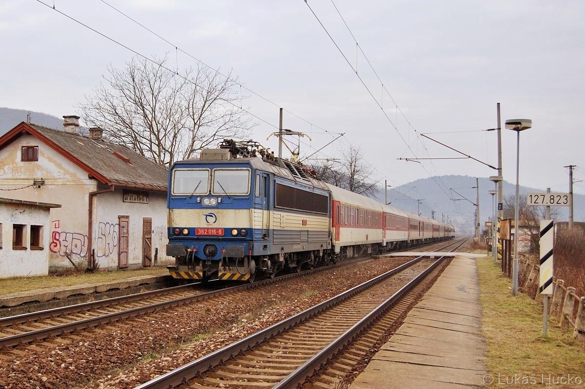 Slivková 362.016 s vlakem R 605 projíždí zastávku Opatová nad Váhom 15.02.2011