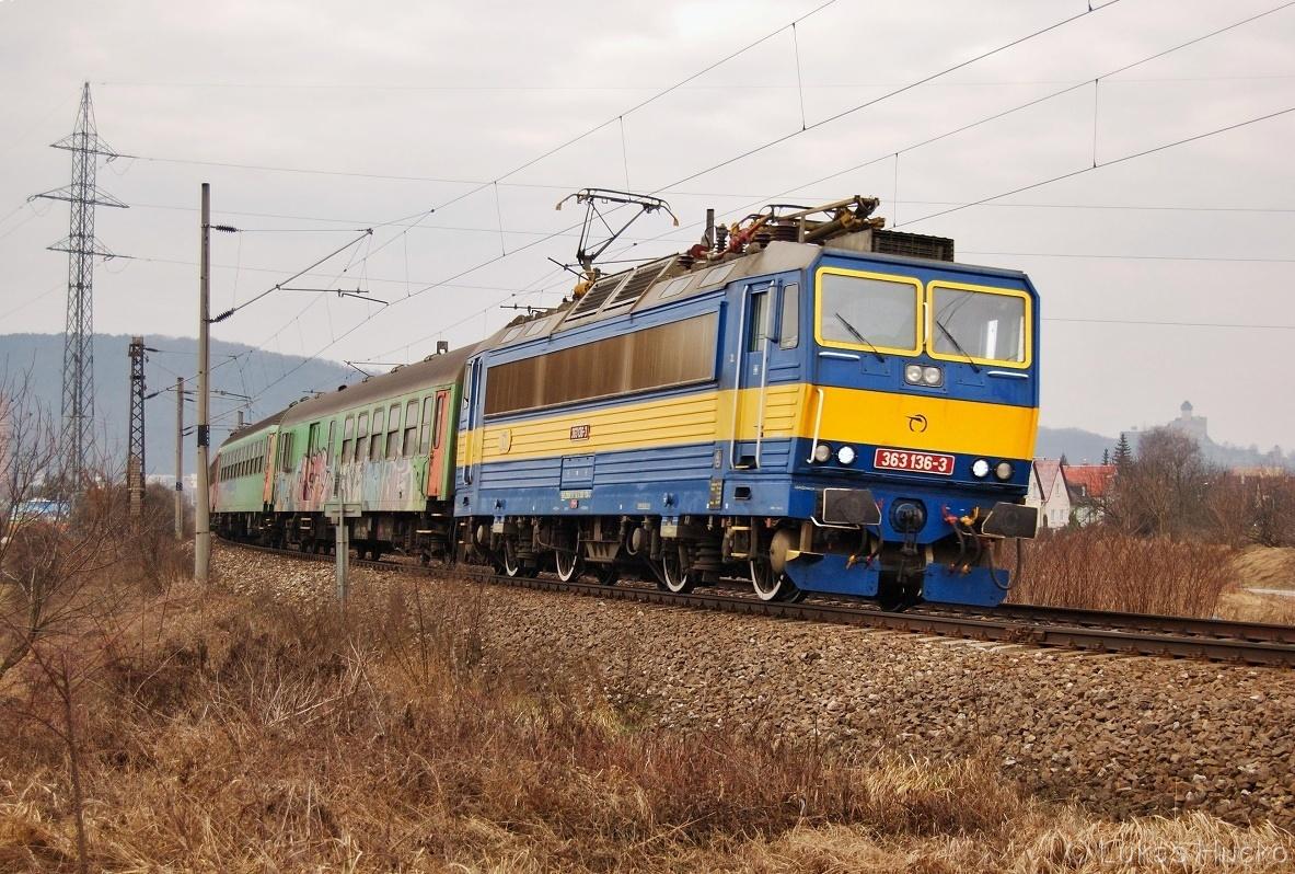 Retro 363.136 klopí oblouk za Trenčínem v čele Os 3321 dne 15.02.2011