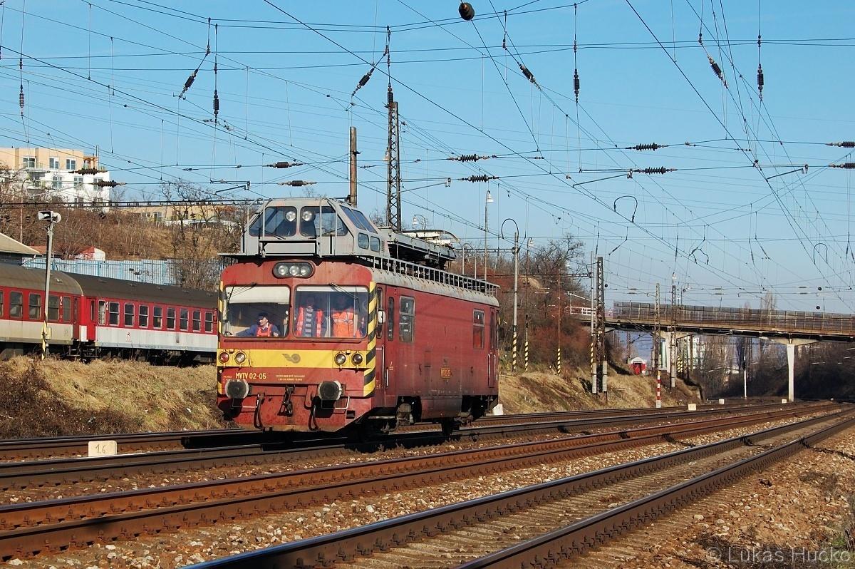 MVTV02-05 projíždí kolem depa v Bratislavě dne 09.02.2011
