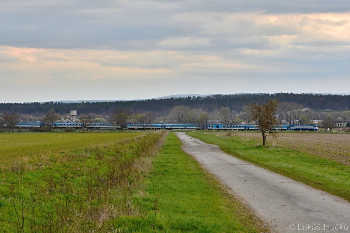Ešte bočný pohľad na 380.001 kedy sa vlak vlní do stanice Jablonica.