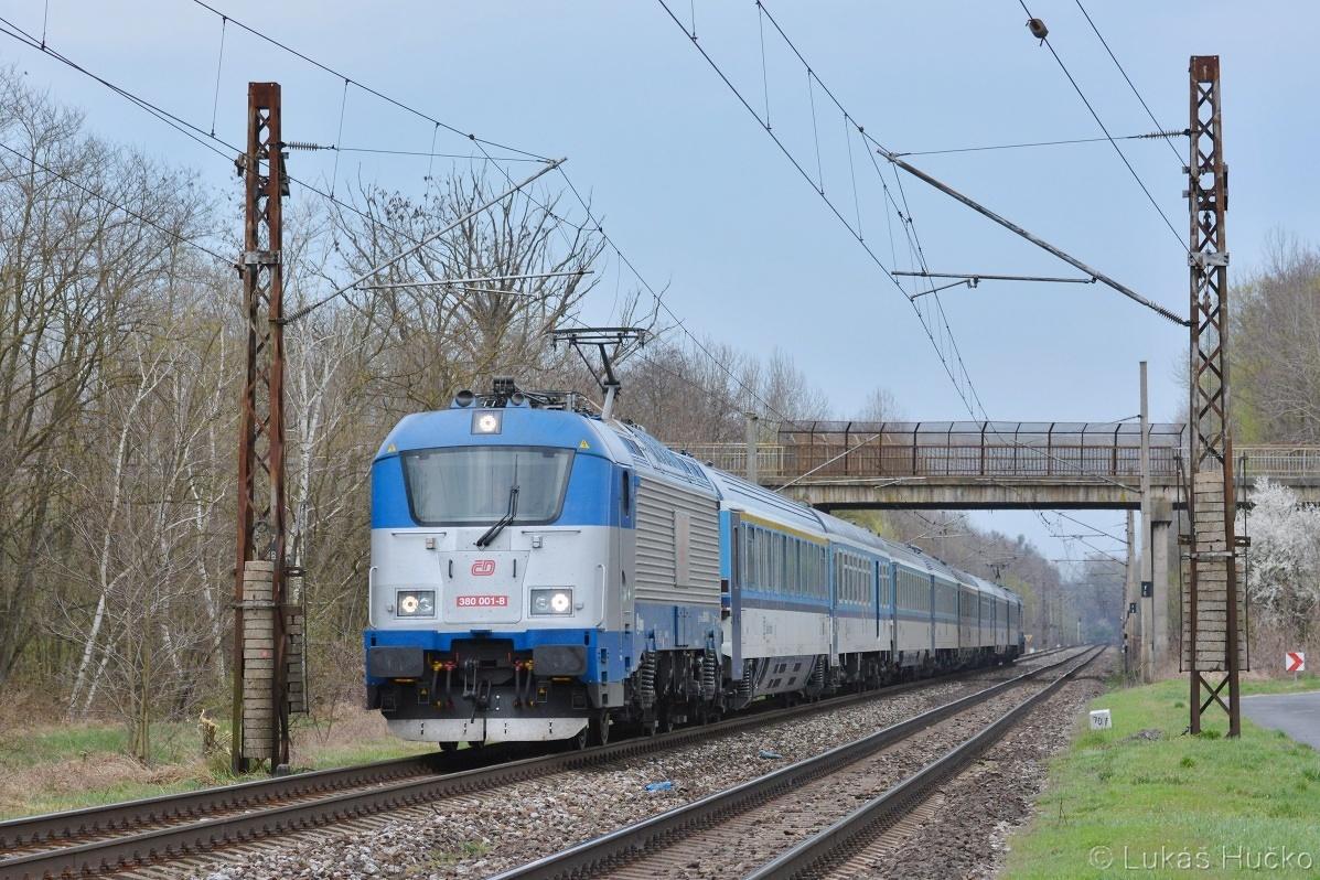 A tu už uteká 380.001+010 ako vlak EC 276 pri Brodskom