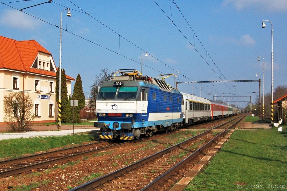 Gorila 350.015 projíždí zastávkou Brodské 05.04.2011 v čele EC 345 Avala