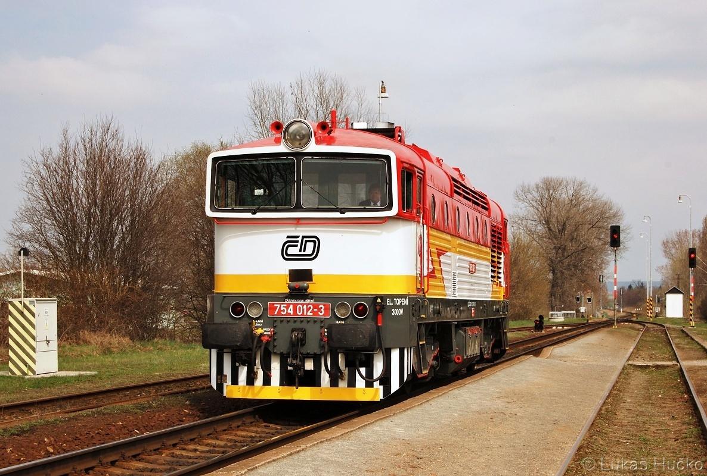 Brejlovec 754.012 jako Lv 70293 ve stanici Ostrožská Nová Ves 03.04.2011