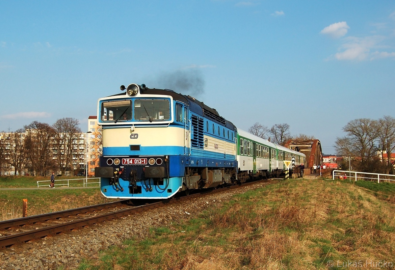 Sp 1731 v čele se strojem 754.013 opouští Uherské Hradiště 03.04.2011