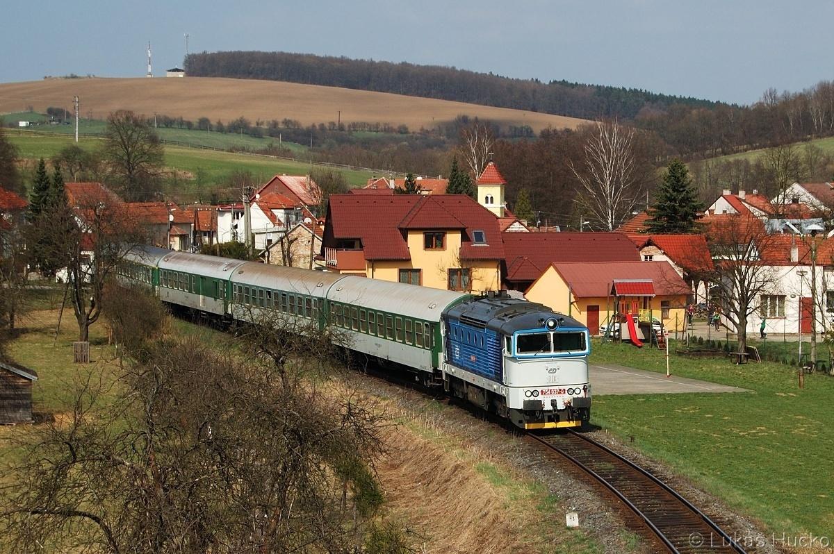 R 706 složený pouze ze zelených vozů vede 754.037 - Polichno 03.04.2011