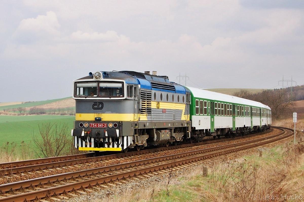 Brejlovec 754.041 se ukazuje v čele Os 4148 poblíž Nesovic 05.04.2011
