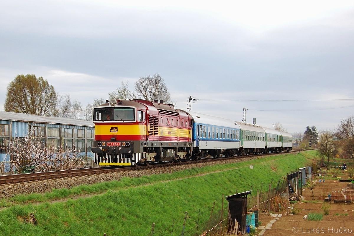 Nad zahrádkami v Uherském Hradišti projíždí 754.044 s vlakem R 705 dne 08.04.2011
