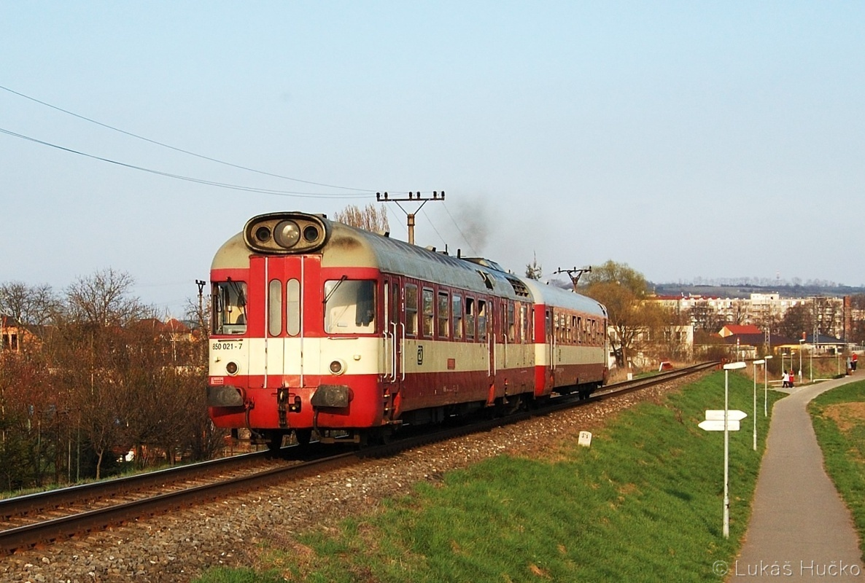 Ještě půl roku bude brousit koleje krokodýl 850.021 aby byl v říjnu 2011 definitivně odstaven. Na snímku u Uherského Hradiště 03.04.2011 jako Os 4314