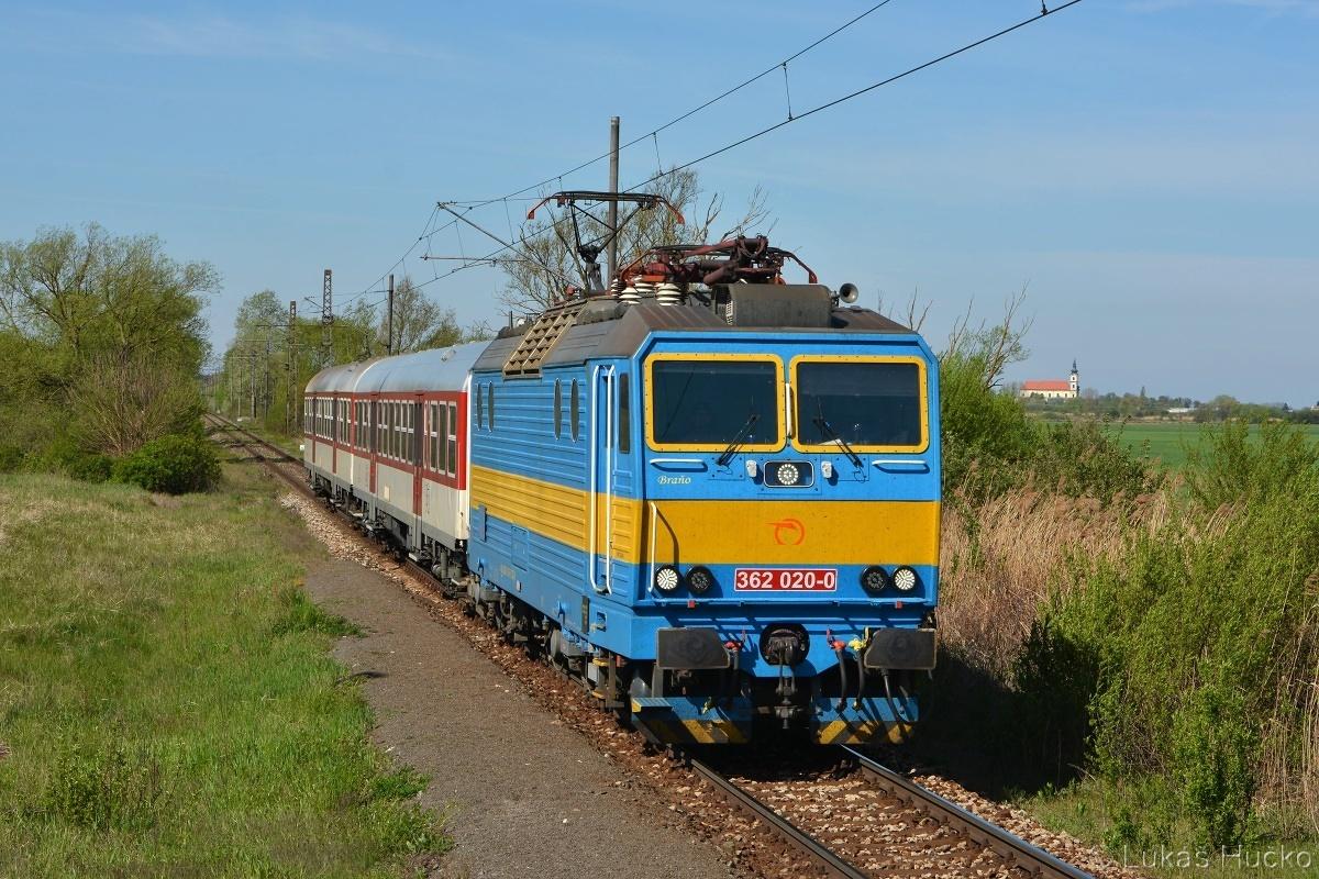 Os 2613 (Kúty – Trnava) v čele s 362.020 prichádza do zastávky Borský Mikuláš