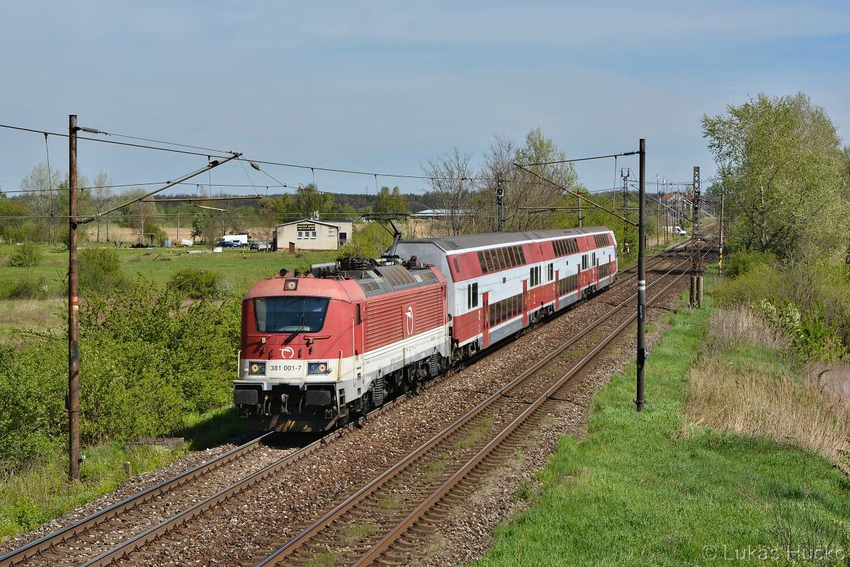 381.001 iba so zadným zberačom odchádza zo stanice Sekule s vlakom Os 2015 Kúty – Bratislava hl.st.