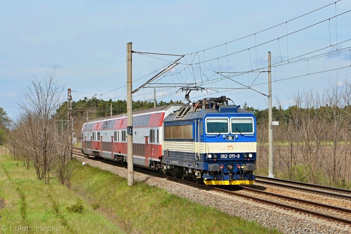 V čele vlaku Os 3047 medzi Plaveckým Štvrtkom a Zohorom už stroj 362.011