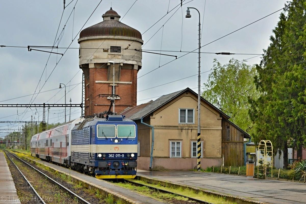 REX 1864 prichádza do stanice Kúty v čele s 362.011