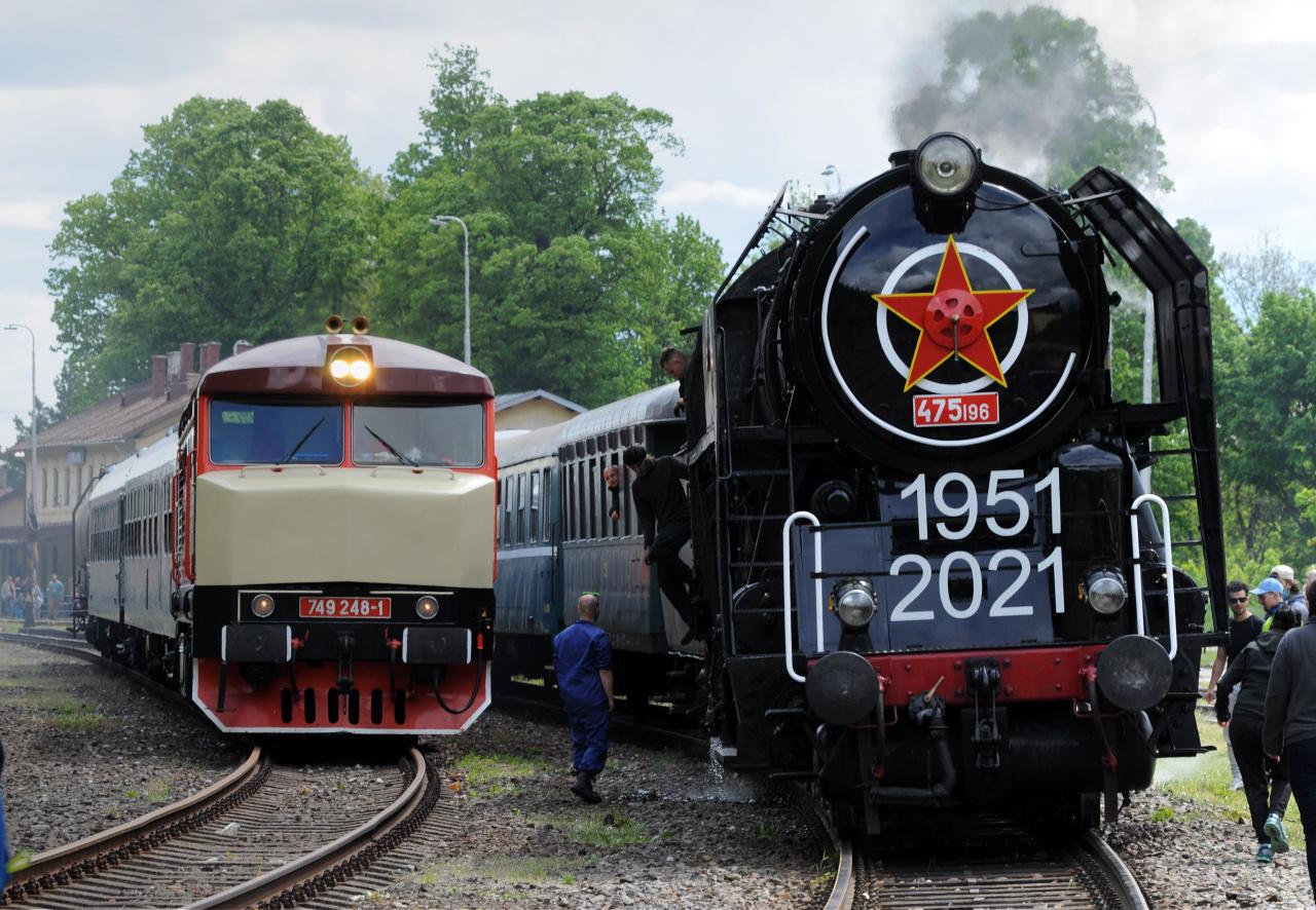 12. Oba vlaky Kremnica