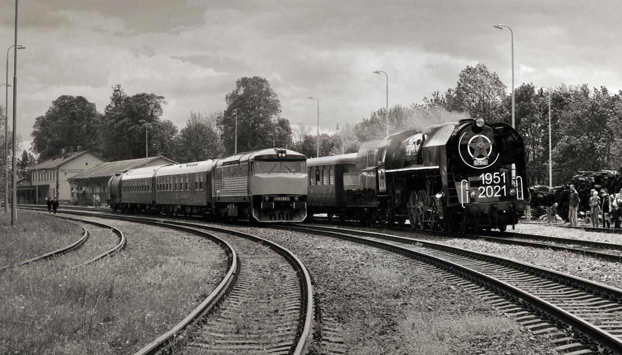 13. Oba vlaky Kremnica v čiernobielej verzii