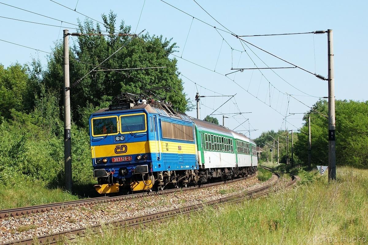 Tehdy klasika, dnes čisté retro. 363.128 s osobním vlakem do Přerova před zastávkou Brodské 26.05.2011 (Os 4242)