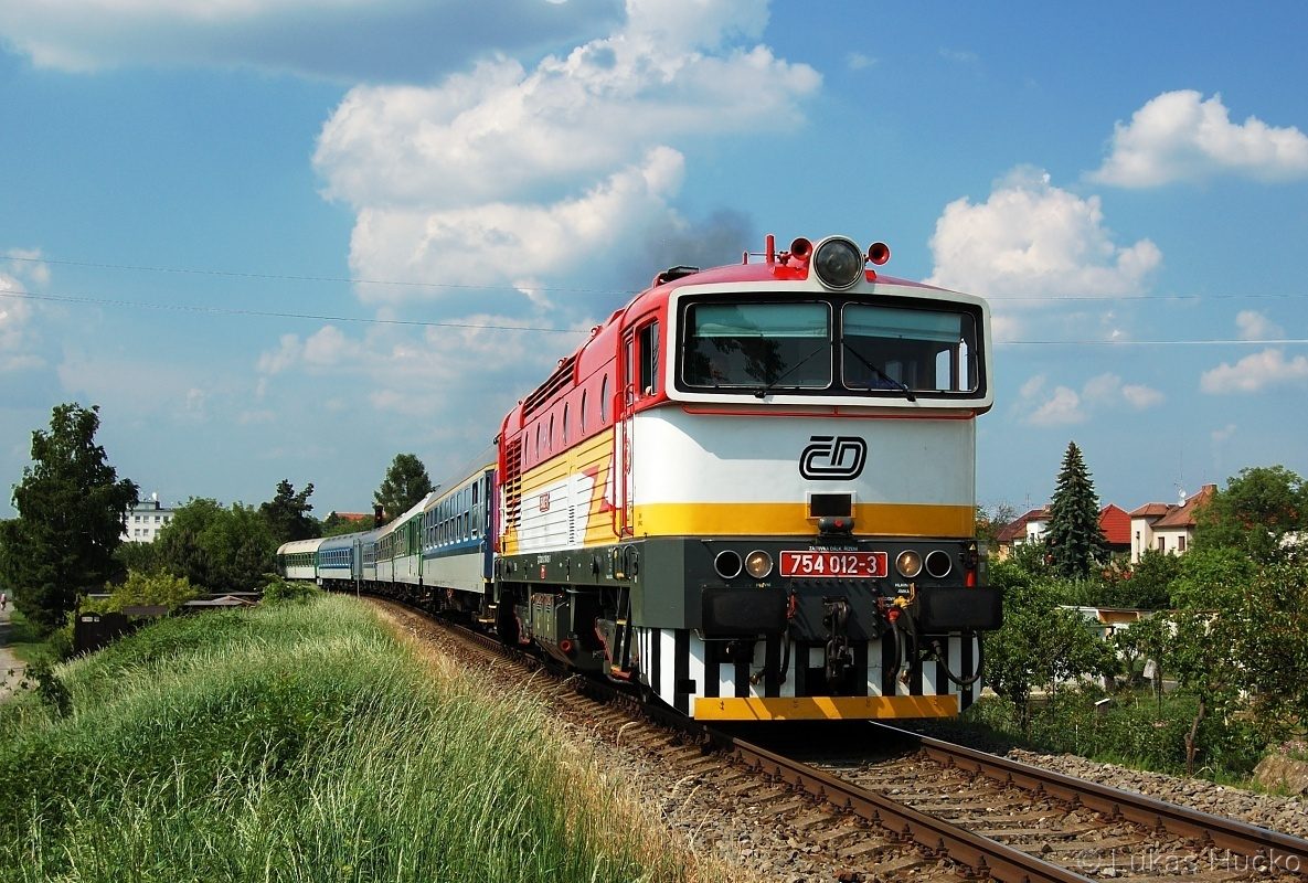 Červenobílý brejlovec 754.012 odjíždí z Uherského Hradiště 22.05.2011 v čele R709