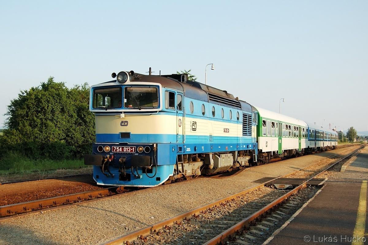 Modrý brejlovec 754.013 ve stanici Uherský Ostroh téhož dne s vlakem Sp 1733